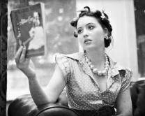 お仕事について学ぶ女性のイメージ画像