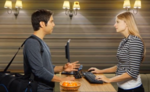 ホテルの予約をする人のイメージ画像