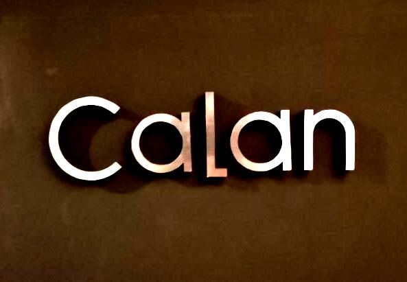 西麻布の会員制ラウンジ、カラン(CALAN)の看板